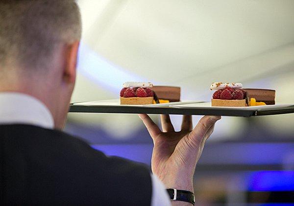 התותים בקצפת מקנחים עוד ארוחה בטיסה הארוכה. צילום: בריטיש איירווייס