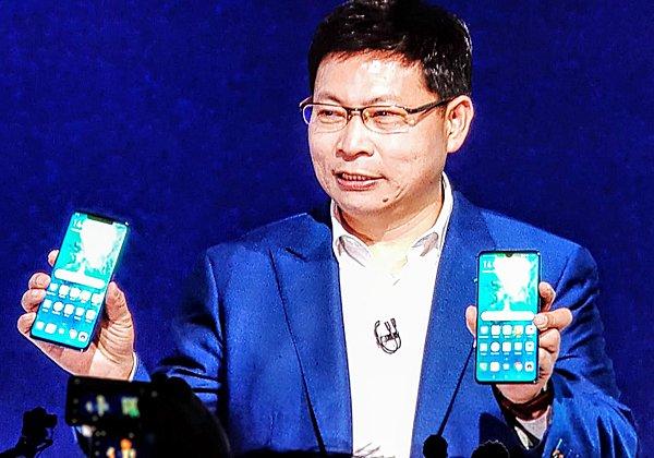 ריצ'ארד יו, מנהל חטיבת מוצרי המובייל בוואווי העולמית, מכריז על הסמארטפונים החדשים. צילום: פלי הנמר