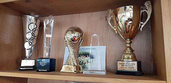 גביעים שבהם זכו עובדים ומנהלים באלעד בתחרויות ספורט שבהן הם השתתפו. צילום: פלי הנמר