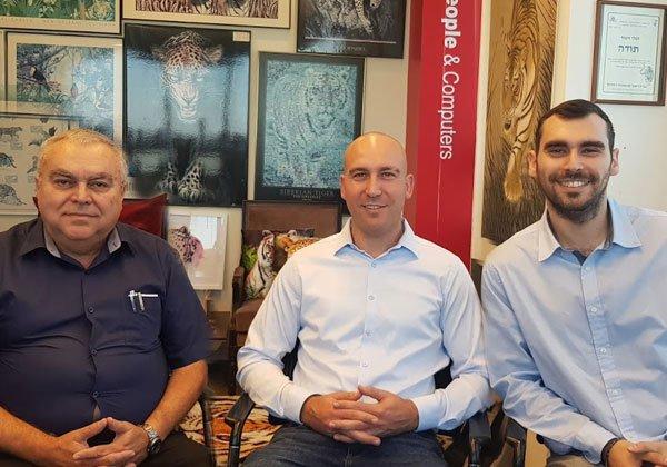 באו לבקר במאורת הנמר: מימין - ניצן, אייל ואשר אהרוני. צילום: פלי הנמר