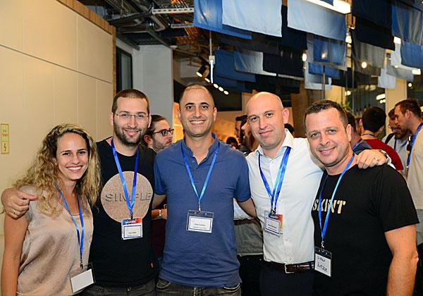 """משמאל: לירן קוצר, מנכ""""ל WOO.io; רועי אייזנמן, יו""""ר בנק ההשקעות אוורסט; עמרי כהן, סמנכ""""ל הטכנולוגיות של אקסוניז; גיא תמיר, סמנכ""""ל הטכנולוגיות של HYPR; ואסתי אדלשטיין, מנהלת הפרויקטים הראשית של NINA. צילום: אבירם נחום, סטודיו איגל ארט"""