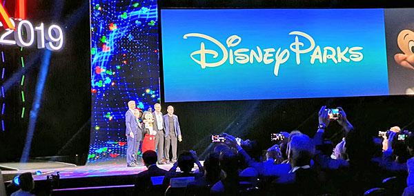 הנהלות היטאצ'י ונטרה וה-IT של דיסני על הבמה בכנס Next 2019. צילום: פלי הנמר