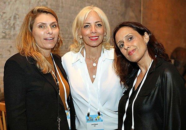 שלישיית יבימיות. מימין: גילת בר, מנהלת מגזר ה-GTU; ליאת דהן, מנהלת בישראל של יחידת הטכנולוגיה הגלובלית; ומיכל פידל גרוס, מנהלת הפצה למגזרי התעשייה והטלקום בשווקים הבינלאומיים. צילום: ניב קנטור