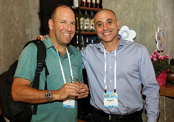 מימין: שי בנאים, מנהל מכירות ארצי ביבמ ישראל; וליאור אגסי, רשות שדות התעופה. צילום: ניב קנטור